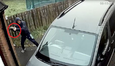 Melempr mobil dengan batu bata
