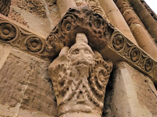 Santa Maria de Eunate - Figura de monstruo en un capitel de la puerta