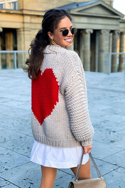 No matter what kind of date night you have planned for Valentine's Day. Here are 29 Romantic Valentines Day Outfits to Wow Your Date. Women's style + Fashion via higiggle.com | Cute cardigan with skirt | #valentine #fashion #romance #cardigan