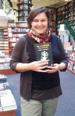 Ecsédi Orsolya író a Nyugati téri Alexandra könyváruházban Cirrus a Tűzfalon című ifjúsági regényével (Könyvmolyképző Kiadó).