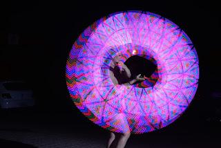 Imagem do Pixel Poi luzes, frases e logo, performance tecnologica e inovadora onde são projetadas imagens da preferência do cliente durante o show.