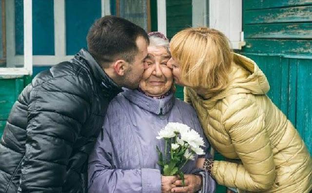 Баба Люба украшала подъезд цветами, но их постоянно воровали, срывали и портили