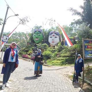 Pose unik dengan latar ikon Kampung Topeng, Malang