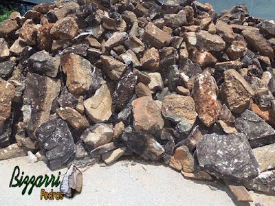 Pedra moledo, com tamanhos diversos e cores mescladas, para construção de torre de pedra.