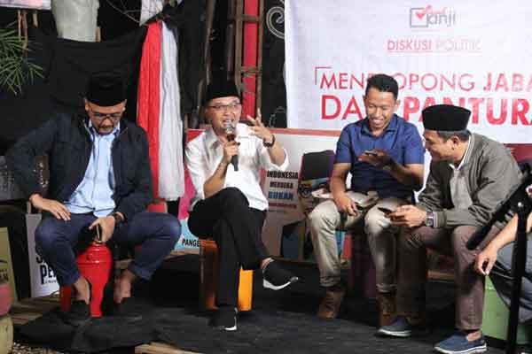 politisi pkb ikut diskusi publik di saung juang kota cirebon