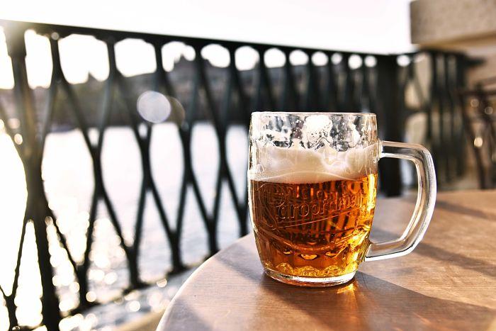 Chopp de cerveza rubia sobre una mesa