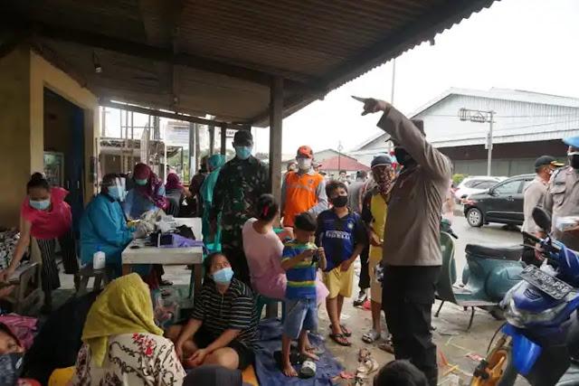 Pantau Banjir, Kapolres Metro Bekasi Sambangi Warga Karang Sari Cikarang