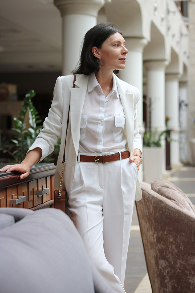 Białe spodnie i biała marynarka