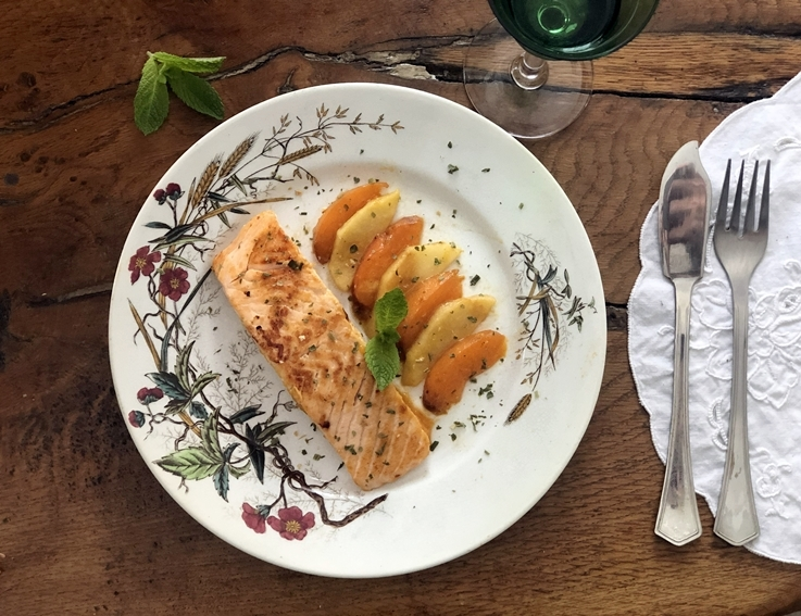 Salmón a la plancha con manzana y albaricoques