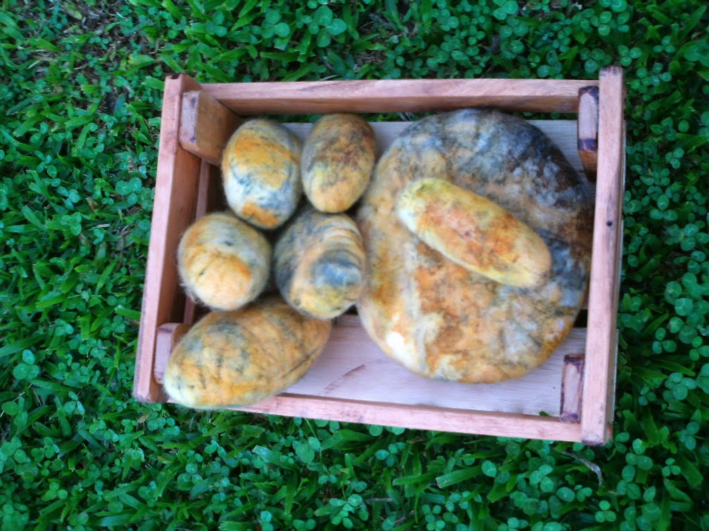 pedras feltradas e estampadas artesanalmente