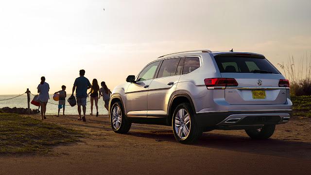 Rear 3/4 view of 2018 Volkswagen Atlas SEL