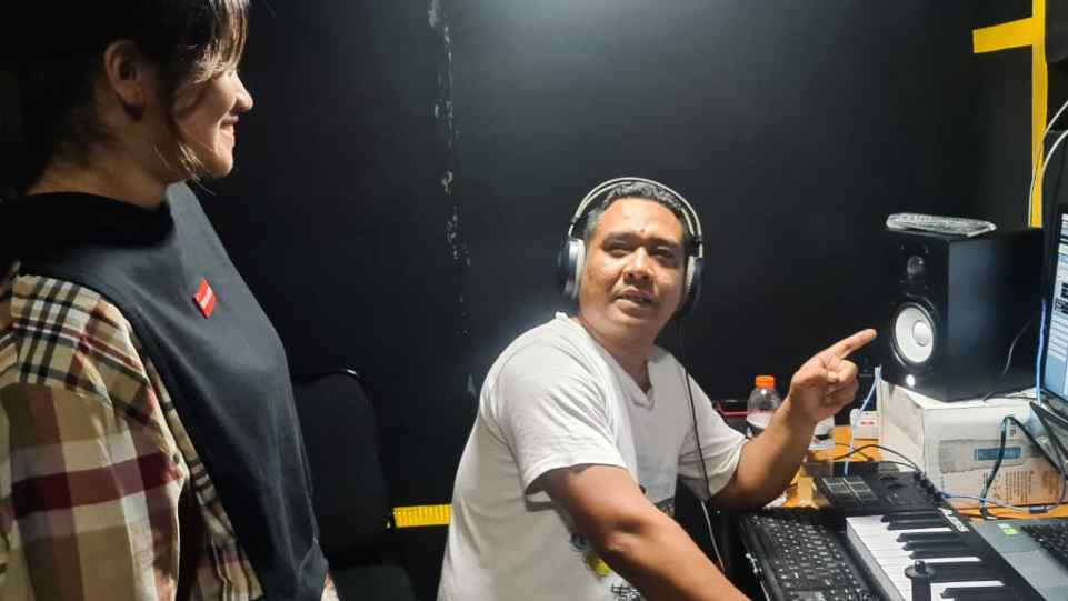 AM. Kuncoro bersama Bea Serendy saat berada di Prima Founder Studio - Yogyakarta. (Dok. Istimewa)
