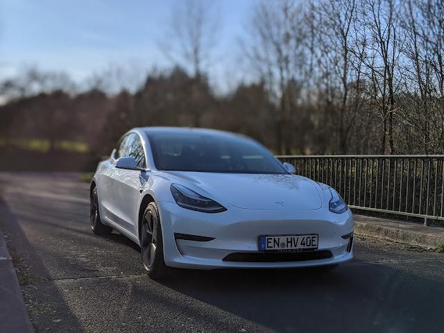 Tesla Model 3 im Frühjahr 2020 vor unscharfem Hintergrund