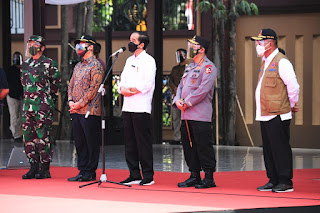 Presiden Jokowi didampingi Panglima TNI dan Kapolri Tinjau Vaksinasi Covid-19 Massal di Lap Bhayangkara