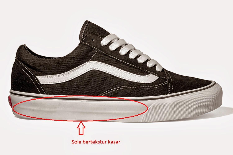 Periksa Logo VansSemua sepatu Vans memiliki logo VANS ditulis dalam huruf  Kapital. Huruf