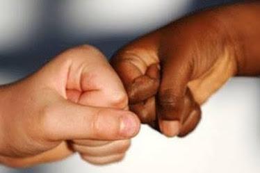 MENGAPA ORANG ORANG CENDERUNG RASIALIS TERHADAP MEREKA YANG BERKULIT GELAP DAN HITAM?