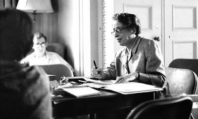 Del desierto y los oasis  por Hannah Arendt.