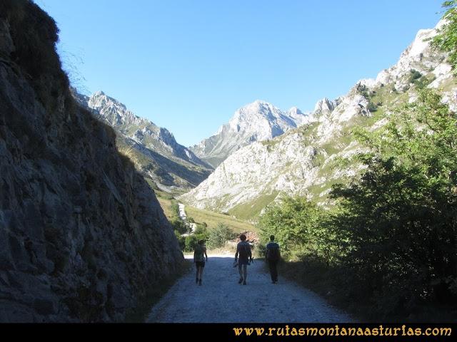 Ruta Peña Castil y Cueva del Hielo: Saliendo por la pista de los Invernales