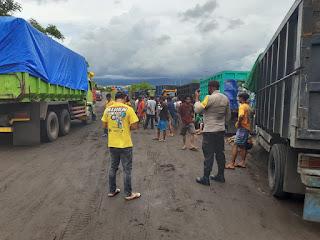 Supir Dam Truk Gelar Aksi Mogok di PT SMS, Kapolsek Pekat Lakukan Mediasi