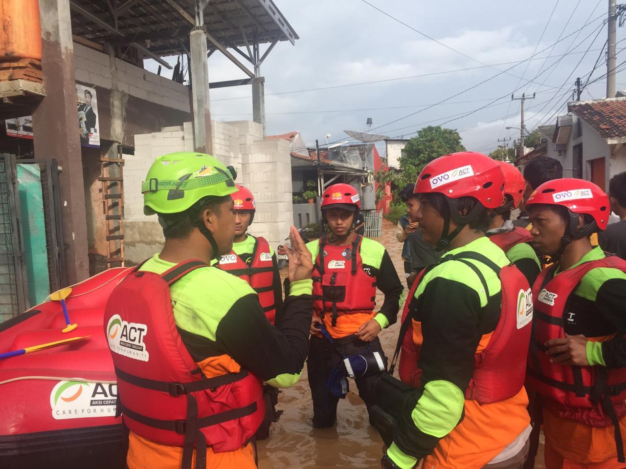 Tanpa Banyak Bicara, Relawan Langsung Bantu Korban Banjir Jabodetabek
