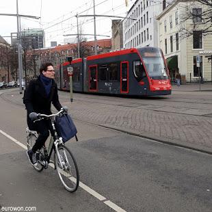 Bicicleta y tranvía en La Haya