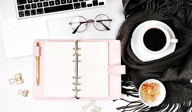 laptop kawa okulary długopis kalendarz