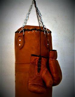 Saco y guantes de boxeo antiguos