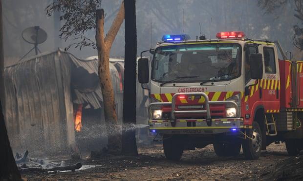 Incendie sur la côte centrale, au nord de Sydney, destruction de structures agricoles