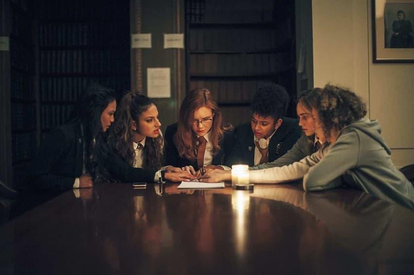 Сценарист хорроров «З/Л/О» и «Гость» снял «Спиритический сеанс» - премьера в мае