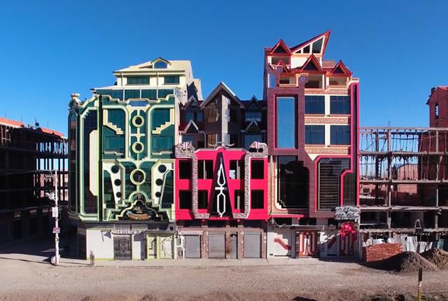"""É onde projeta seus delirantes e esquizofrênicos edifícios, decorados com muito vidro, policarbonato e lâmpadas gigantescas trazidas da China e """"montadas peça por peça na Bolívia"""