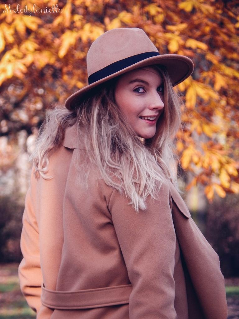 15 beżowy wiązany płaszcz na jesień wiosnę zimę beżowy kapelusz jak nosić kapelusz sukienka na jesień żółta w kwiaty zegarek daniel wellington kod rabatowy promocje rosegal zaful opinie moda fashion blogerka łódź
