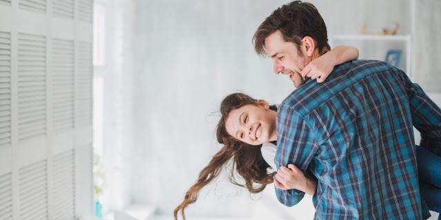 Por cada hija que tienen los hombres su esperanza de vida se alarga, afirma la ciencia