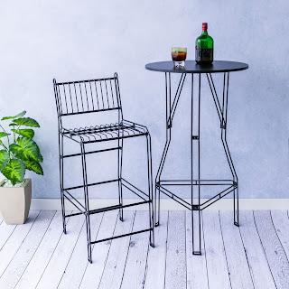 Área gourmet industrial com cadeiras aramadas