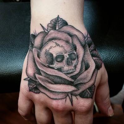 tato bunga mawar tengkorak