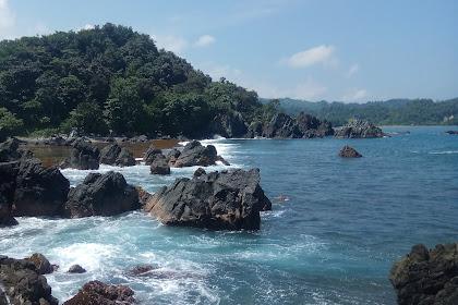 Pantai Tersembunyi Mirip Gigi Hiu di Tanggamus Lampung