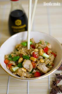 (Smażony ryż z kurczakiem i orzechami