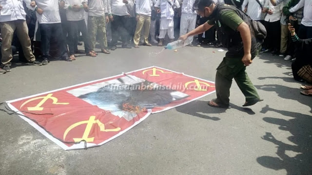 ANAK NKRI Bakar Bendera Bergambar Babi Moncong Putih, Simbol PKI dan Replika RUU HIP