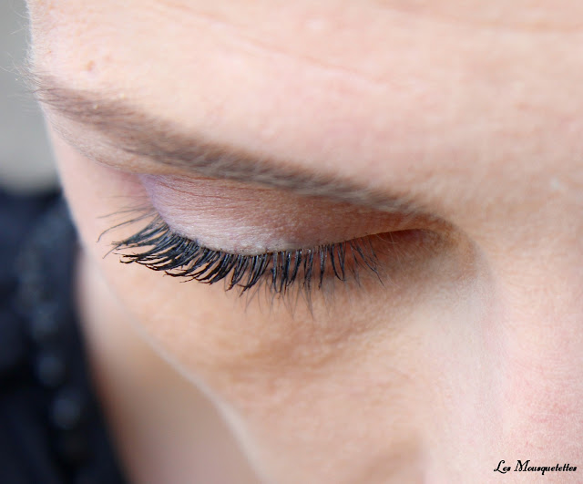 Pose du mascara Revlon Ultinamte All-In-One - Blog beauté Les Mousquetettes ©