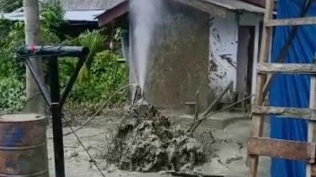 Sumur Tradisional yang telah Ditutup Semburkan Gas Disertai Lumpur di Aceh Timur