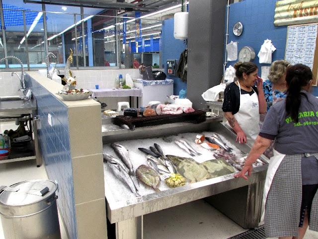 banca de peixes e vendedoras do Mercado Temporário do Bolhão