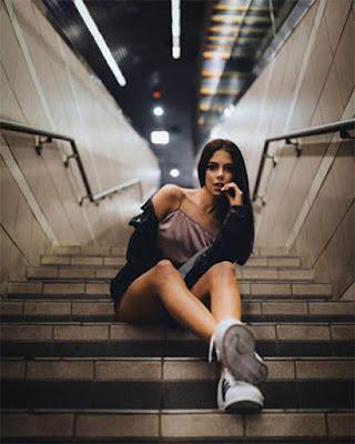 foto sentada en escaleras del metro