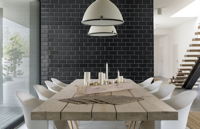 Pavimento cerámico en pared del comedor con ladrillo tipo metro negro