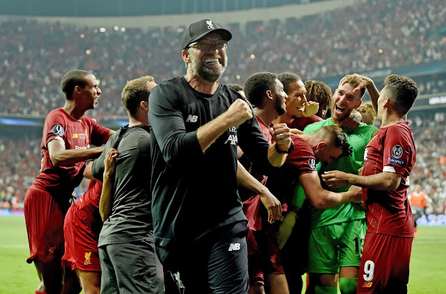 Jurgen Klopp and liverpool players celebrate super cup victory over chelsea in istanbul