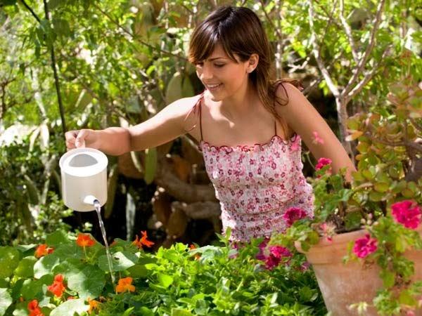 Mujer regando plantas