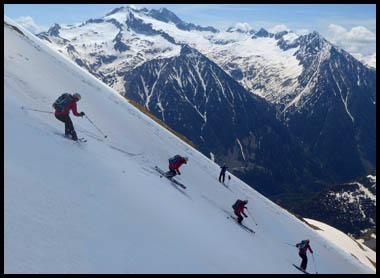 Descenso en esquís de la Tuca Estibeta hacia el valle de Literola