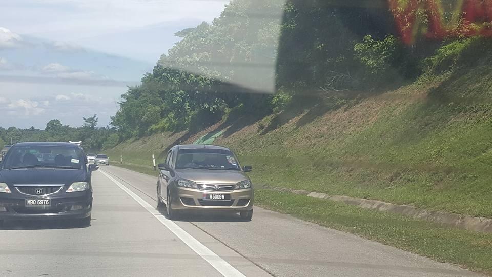 Gambar kenderaan memotong dari laluan kecemasan