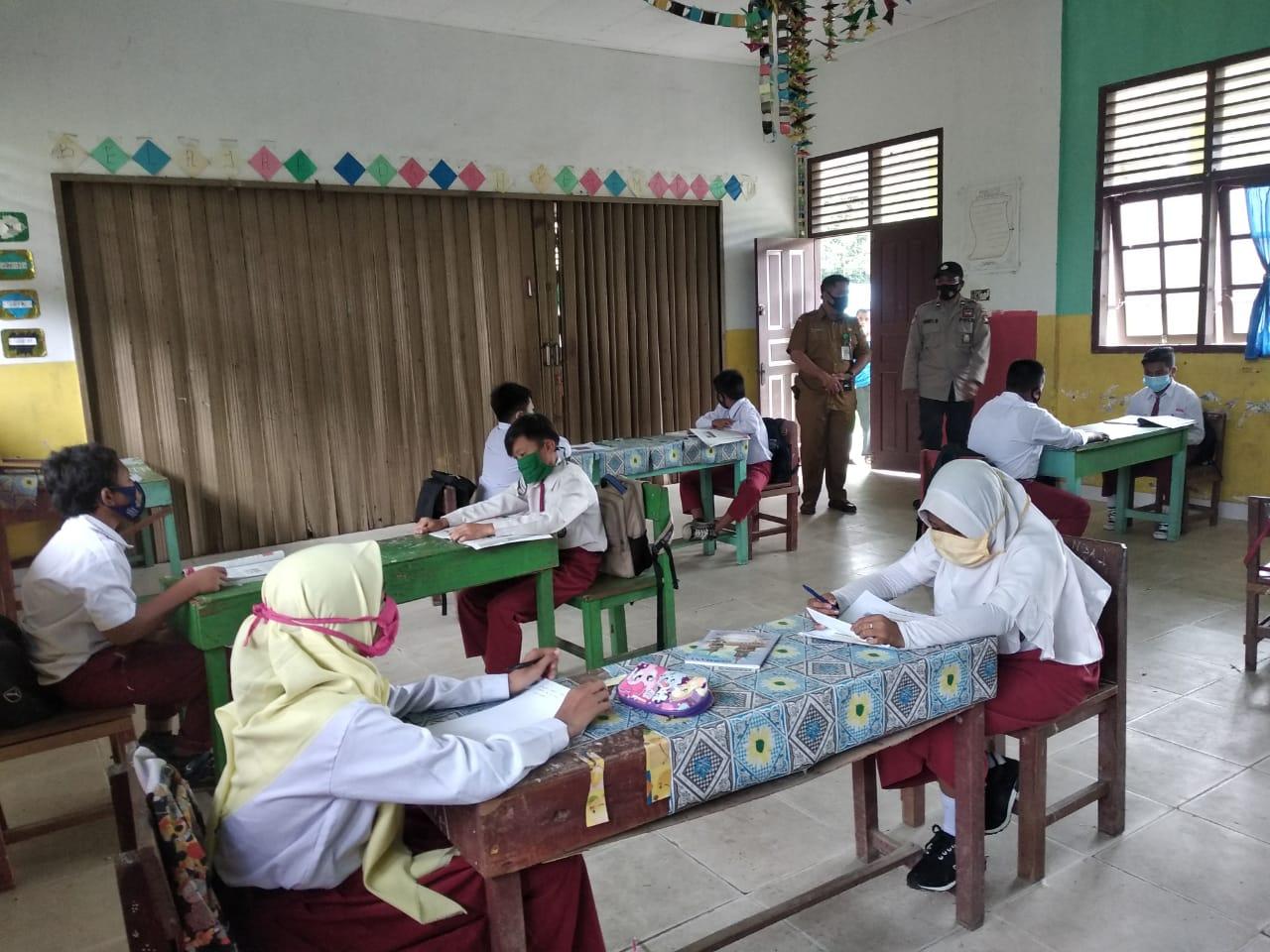 Kapolsubsektor Penuba Kunjungi Sekolah dan Sosialisasi Protokol Kesehatan