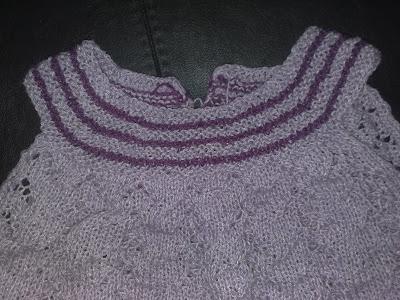 b174a98b908 jeg er ved at strikke to fionakjoler til min niece og hendes storesøster.  Jeg startede med den lille, og kæmper lidt med at få nr. to færdig.