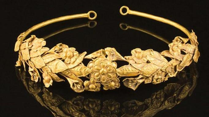 Mahkota Emas Ditemukan Hanya di Bawah Kasur