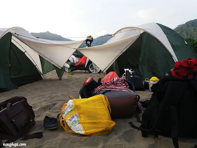 Tenda dan Barang yang tergeletak karena Tepar